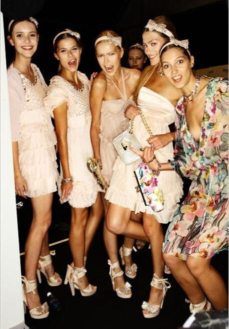 伴娘服小礼服裙搭配 打造时尚姐妹团